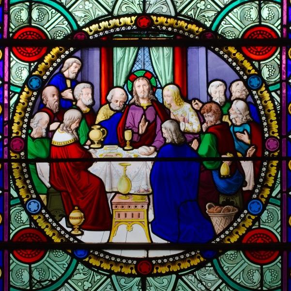 Vitrail_représentant_L'institution_de_l'Eucharistie,_la_Cène,_dans_l'église_Saint-Sulpice_à_Breteuil-sur-Iton.jpg